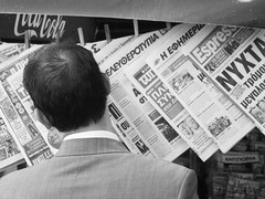 Athens № 11 (kohlmann.sascha) Tags: street people blackandwhite bw man blancoynegro monochrome hair newspaper media place noiretblanc streetphotography hellas athens menschen greece grecia atenas kiosk mann monochrom schwarzweiss griechenland grèce medien biancoenero zeitung piraeus ort athen haare mensch haar athènes pireas elláda 雅典 atene 希腊 schwarzweis ελλάδα attika athína ellás pireo piräus pirée αθήνα athēnai peiraieus streetfotografie ελλάσ πειραιάσ strasenfotografie elpireo гре́ция ἀθῆναι πειραιεύσ ilobsterit афи́ны