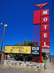 Sis-Q Motel, Medford, OR (Robby Virus) Tags: medford oregon or sisq motel neon sign signage hbo phones weekly rates cable tv microwave