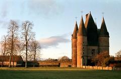 Châtelet d'entrée du Château de Carrouges (Philippe_28) Tags: argentique analog carrouges château 61 castle orne france normandy normandie europe