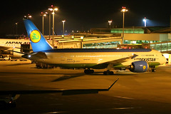 Uzbekistan Airways | Boeing 787-8 | UK78702 | Singapore Changi (Dennis HKG) Tags: uzbekistan uzbekistanairways uzb hy boeing 787 7878 boeing787 boeing7878 aircraft airplane airport plane planespotting dreamliner singapore changi wsss sin uk78702 canon 7d 24105