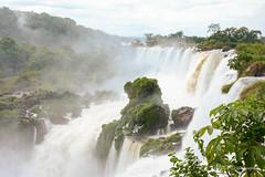 La roca (Angela MGM) Tags: parquenacionaliguazú brasil argentina iguazú naturaleza landscape paisaje agua cascada viaje lugares travel natural