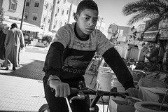 Crocodile (toletoletole (www.levold.de/photosphere)) Tags: fujixt2 marokko zagora morocco porträt bw junge bicycle portrait boy sw fahrrad street