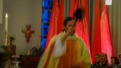 Pastoor Dirk zegent de aanwezigen. (KerKembodegem) Tags: liturgy erembodegem pasen bloesem jesuschrist eucharistieviering gezang song 2017 bomen christianity eucharist geloofsbelijdenis jesus lied kerklied bijbel liturgischeliederen churchsongs boom 4ingen paasviering bloesems kerkembodegem tafelgebed tenbos eucharistie paaszondag bible gebeden gezangen gezinsvieringen liederen god liturgie gezinsviering jezus siegerköder liturgischlied zondagsviering songs