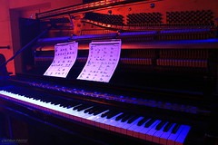 Faite moi vibrer! (Maxime Poulin) Tags: indoor music musicinstrument piano red