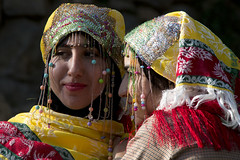 Bereber costumes (ramosblancor) Tags: humanos humans retrato portrait chicas girls disfraces costumes trajes bereberes berebers tribus tribes humannature naturalezahumana jóvenes young color chefchaouen marruecos morocco