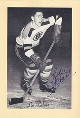 1944-63 NHL Beehive Hockey Photo / Group II - LEO LABINE (Right Wing) (b. 22 Sep 1931 - d. 25 Feb 2005 at age 73) - Autographed Hockey Card (Boston Bruins) (#41) (Baseball Autographs Football Coins) Tags: hockey beehive 1934 1967 19341967 groupi groupii groupiii woodgrain torontomapleleafs bostonbruins newyorkrangers montrealcanadiens chicagoblackhawks detroitredwings montrealmaroons newyorkamericans card photos hockeycards brooklynamericans nationalhockeyleague nhl leolabine