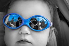 Come on baby ! (Kimoufli) Tags: blackandwhite noiretblanc noirteblanc black white noir blanc monochrome couleursélective gris bleu lunette bébé baby enfant children child portrait autoportrait reflet effetmiroir nikon d5300 visage