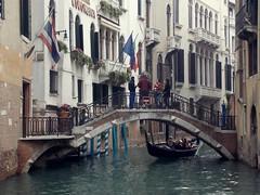 Venecia ( Italia) (avasic) Tags: bridge puente ciudad town banderas flags geografíafísica physicalgeography geografíaurbana urbano urbanismo turismo hidrología vegetación venecia italia góndola