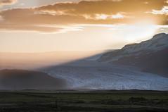 berflutung (Joeywolf42) Tags: sunset island abend licht iceland weide nikon sonnenuntergang urlaub north norden wolken glacier beam insel berge gletscher sonne icelandic untergang lightbeam vatnajkull d90 lichtstrahl ferienreise islndisch