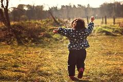 (..M A R Y..) Tags: baby playing cute girl children outside kid spring klein play little kinder enjoy mdchen frhling spielen kleinkind ss drausen geniesen vision:outdoor=0876