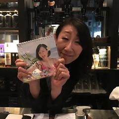 香港 バー酒倉のママにマイマイカレンダーサイン入りをプレゼント! #bar #hongkong  #いとうまい子