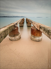 Théoules-sur-Mer (06) (Dany-de-Nice) Tags: france alpesmaritimes 06 théoulessurmer poselongue longexposure eau water mer sea méditerranée plage beach sable sand borddemer seaside ponton pontoon 6d 1635mm nd1000 gnd