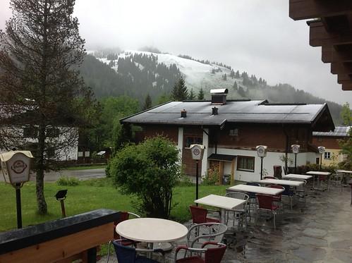 2013-05 Kawazuki week Oostenrijk (50c) Uitzicht met sneeuw vanuit hotel Simonhof