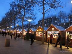 Vamos a comprar chuches... o lo que sea, (AGirau ...) Tags: navidad luces flickr casetas perpignan mercadillodenavidad agirau