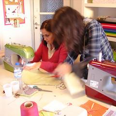 aprender a costurar na maçã... (maçã riscada) Tags: workshops aprender fuxicos capasdelivro maçãriscada patricialima workshopsdamaçã aprenderacosturar bolsaslençospapel