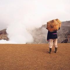 Do In Indo 029 ;— ชายคนหนึ่งและอีกหลายๆ คนที่เราพบเจอตลอดการเดินเท้าขึ้นปากปล่องภูเขาไฟ มาในยูนิฟอร์มแบกหามชวนสงสัยว่าพวกเค้ากำลังทำอะไรและไปไหนกัน จนกระทั่งเมื่อเราเดินไปถึงจุดหมายจึงพบว่าชาวบ้านฝ่ายชายในย่านนี้ประกอบอาชีพขนกากซัลเฟอร์จากปากปล่องภูเขาไฟข