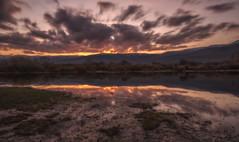 Anochecer (Amparo Hervella) Tags: embalsedelapinilla comunidaddemadrid paisaje atardecer puestadesol agua nube reflejo naturaleza montaña largaexposición d7000 nikon nikond7000 comunidadespañola