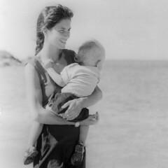 Due angioletti in spiaggia (tullio dainese) Tags: 1987 morrodesaopaulo persone morrodesãopaulo cairubahia brazil biancoenero blackandwhite pretoebranco