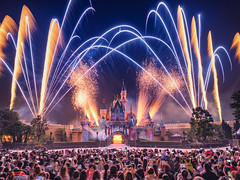 Magic in the air (3dgor 加農炮) Tags: disneyland hongkongdisneyland disney firework fireworks crowd magic fujifilm gfx