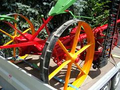 Aufsitz-Balkenmähwerk ... (bayernernst) Tags: 2007 juli 01072007 snc16402 deutschland bayern bayerischerwald šumavabayerischerwald technik mähwerk balkenmähwerk maschine landmaschinen alt oldtimer gelb kontrast rot rad räder