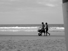 Mar e Areia (Yanne Roberto) Tags: mar praia beach sun sol sunday blackandwhite pretoebranco sea walking