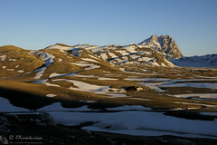 Campo Imperatore, l'oro del mattino (EmozionInUnClick - l'Avventuriero's photos) Tags: cornogrande gransasso montagna panorama rifugioracollo