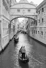 Gondoliers Under The Bridge of Sighs-The Doges Palace