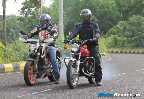 KTM-Duke-390-vs-Yamaha-RD350-45
