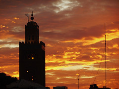 Marokko , Marrakesch am Abend, Minarett der Kotoubian-Moschee, M10-167/2607 (roba66) Tags: voyage africa city travel sunset sky sun clouds atardecer town reisen cityscape sonnenuntergang place sundown platz urlaub himmel wolken el des marakesh explore amanecer morocco cielo maroc stadt marrakech afrika der sonne marokko marrakesch fna plazza moschee nordafrika knigsstadt minarett kingdom morocco roba66 perle sdens djemaa henkersplatz