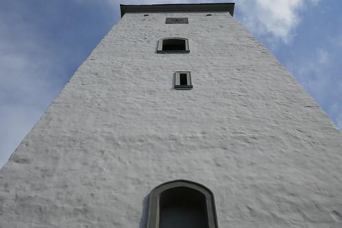 Wieża kościoła św. Michała Archanioła w Tyńcu nad Ślęzą z dołu od zachodu