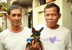 two men and a dog (the foreign photographer - ฝรั่งถ่) Tags: two men father son dog khlong thanon portraits bangkhen bangkok thailand canon kiss