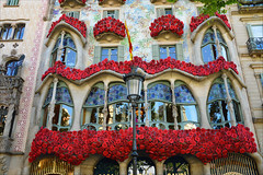 Diada de Sant Jordi (angelsgermain) Tags: diada santjordi roses books celbration people culture streets love friendship joy freedom tradition festivity popular casabatlló catalanmodernism antonigaudí decoration passeigdegràcia barcelona catalonia catalunya