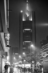Nachtszene in Frankfurt (tmertens0) Tags: regen rain rainy nacht night abend evening dunkel dark lichter lights stadt city innenstadt center commerzbank einkaufen werbung pentaxm 50 14 frankfurt deutschland germany