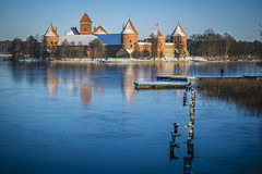 Trakai Castle, Lithuania (Mr. Ansonii) Tags: castle trakaicastle trakai lithuania vilnius nikon d3300 winter snow ice lake pier december tower turret europe baltics リトアニア ニコン ヨーロッパ 冬 雪 霜 樹氷 お城 湖 12月 櫓 橋 バルト 朝 旗 1855 mm
