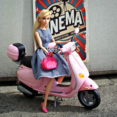 Ready for a trip (Deejay Bafaroy) Tags: eveningingenue poppy parker fashion royalty fr integrity toys doll puppe barbie portrait porträt dress kleid bag tasche handbag handtasche vespa scooter roller motorroller pink rosa 16 scale playscale miniature miniatur mattel myscene sunny sonnig 50s fifties fünfzigerjahre cinema kino blonde blond