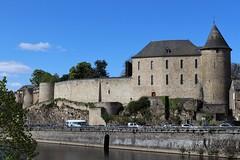 Le château carolingien surplombe la rivière de la Mayenne, dans la ville de Mayenne et le département de la Mayenne. (chug14) Tags: mayenne château châteaudemayenne paysdelaloire forteresse muraille