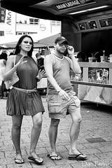 Bram-Ladage (Don Pedro de Carrion de los Condes !) Tags: street rotterdam couple blaak candid frites slippers handen straat donpedro bramladage straatfotografie gebaren