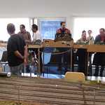 """Público visitando la exhibición de módulos <a style=""""margin-left:10px; font-size:0.8em;"""" href=""""http://www.flickr.com/photos/67776226@N07/11581931003/"""" target=""""_blank"""">@flickr</a>"""