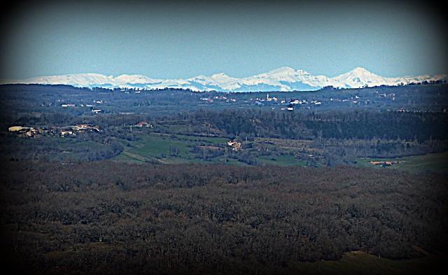 sommets enneigés de la Chaîne des Puys en Auvergne, depuis les contreforts de la Grésigne distants de 150 km - Reynald ARTAUD météopassion