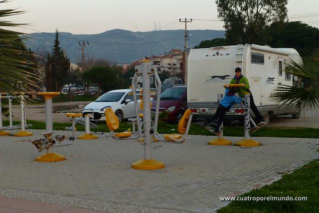 Haciendo un poco de ejercicio en el parque frente a la autoca