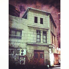 This small apartment house was used in a TV drama, 'Love Generation'.  #tokyo #tokyostreetscape #tokyostreetsnap #shibauara #芝浦 #shibaura1 #芝浦1 #lovegeneration #月9 #昔は初回くらいは見てた #片桐哲平 #キムタク #木村拓哉 #松たか子 #瀬名じゃない #それはロンバケ #私はロンボケ #大滝詠一 #幸せな結末 #幸せでもけつまづくこともある