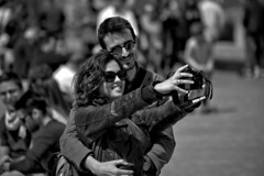 Strangers - Sellfie's Lovers (R.D. Gallardo) Tags: canon eos 6d raw retrato robado bw blanco black bn bilbao negro white woman mujer mina man pareeja pareja lovers selfie