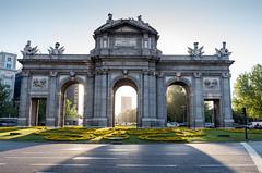 La Puerta de Alcalá (escael) Tags: leicax2 lapuertadealcalá leicacamera leica edificios callealcalá monumentos madrid contraluz sol españa arquitectura