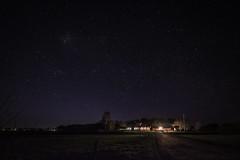 Hemkomst (MagnusBengtsson) Tags: fotosondag fs170423 morkerfotografering bosarp natt stjärnor hus ljus grusväg