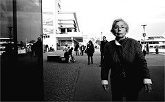 000143 (la_imagen) Tags: sw bw blackandwhite siyahbeyaz monochrome street streetandsituation sokak streetlife streetphotography strasenfotografieistkeinverbrechen menschen people insan friedrichshafen kadın woman frau