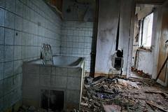 DRW1B_1290 (superhotze) Tags: canoneos7d bathroom lostplace ruin abandoned old alt forgotten rotten
