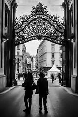 Vienna / Wien; Hofburg (drasphotography) Tags: vienna wien hofburg austria österreich monochrome monochromatic monotone drasphotography blackandwhite schwarzweis bianconero bw sw bn people travel travelphotography reise reisefotografie gente couple paar silhouette globetrekker urban streetphotography