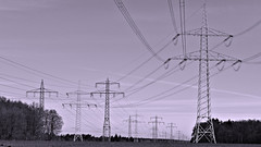 Seitenwechsel / Change of side (r.stopable1) Tags: bw monochrome einfarbig symmetrie symmetry schwarzweiss blackwhite hochspannung highvoltage strommasten powerpoles linien lines stromtrasse powerline energie energy strommast highvoltagetransmissiontower electricitypylons