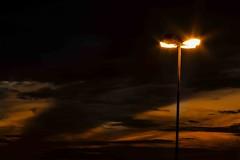 Poste luzes, noite (Luiz Leite7) Tags: brilho luz vermelho portas calçada prédios pessoas ruas grades escadas teto concreto noite sacada letras vidros vidraças edificios estatuas varanda linhas sãopaulo brasil