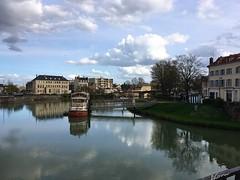 En la Marne, ahora tranquilo, y en algunos tiempos, lugar de terribles batallas. (AGirau ...) Tags: meaux flickagirauflickr agirau puente nubes agua restaurante barco ríomarne elmarne